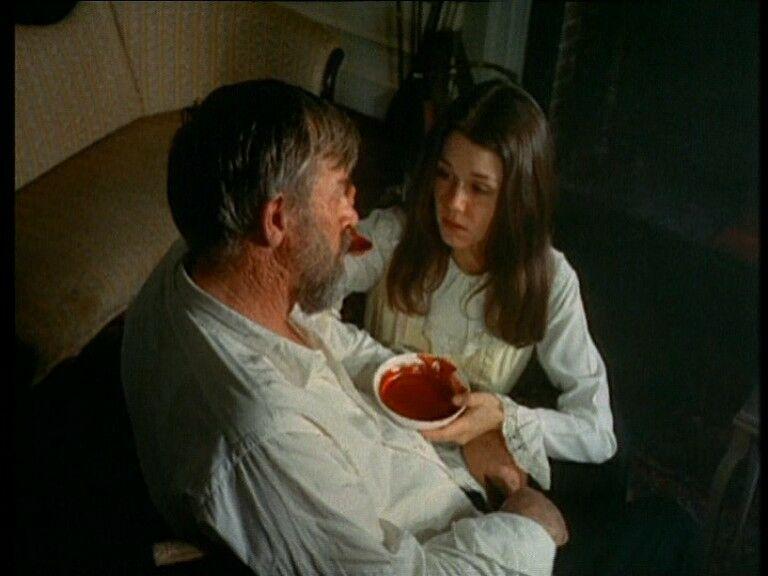 Молодая девушка в ванне со стариком